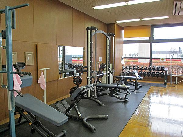 トレーニングルームの様子。トレーニング機材が並んでいる。